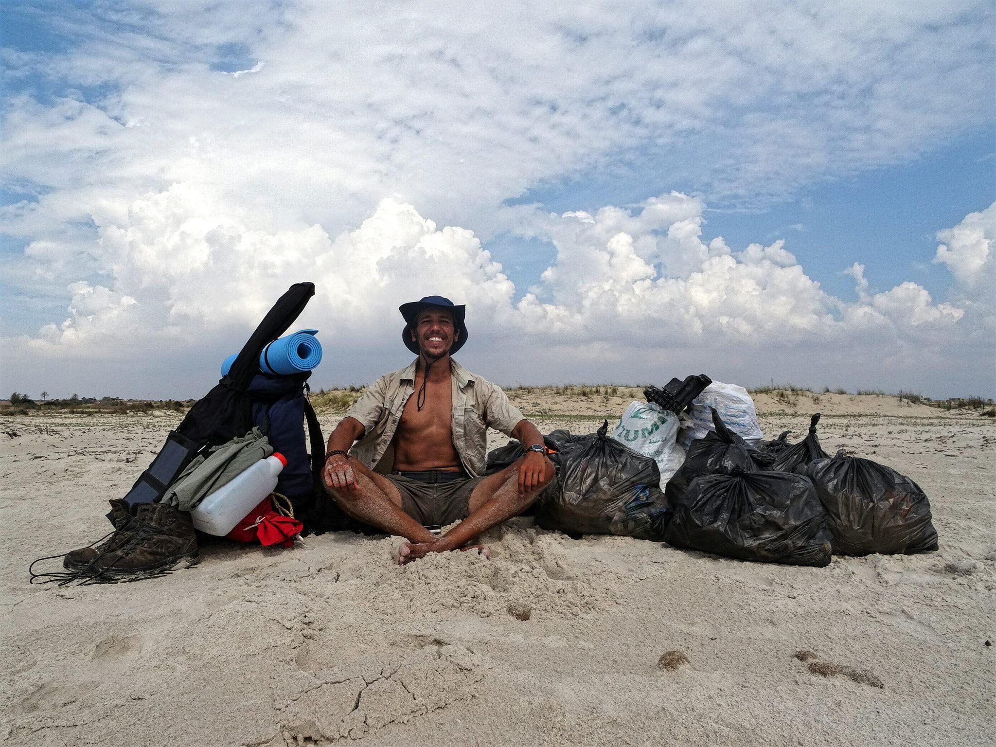 Tunisan strávil prázdniny čištěním 30 pláží od odpadků