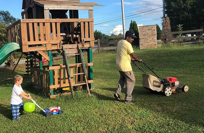 Muž cestuje napříč USA, aby pomáhal lidem sekat trávníky