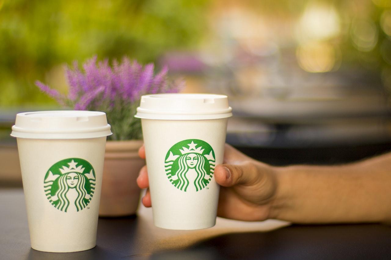 Dívka koupila kávu neznámé ženě, spustila vlnu krásných událostí