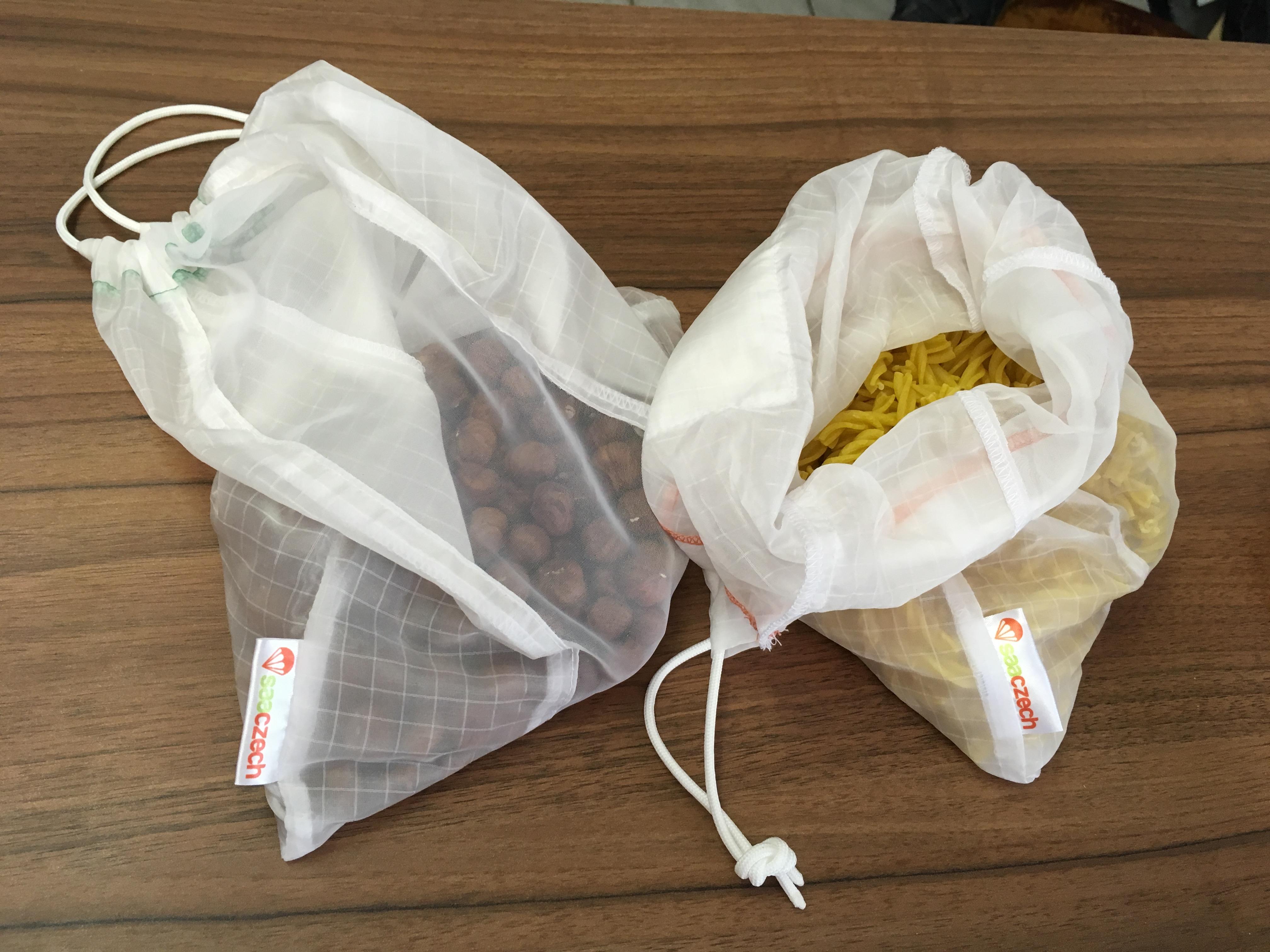 Dvojice Čechů vyrábí ekologické sáčky na ovoce z padákoviny