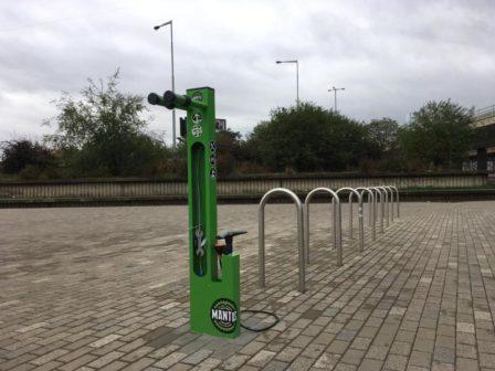 V Praze na Vltavské přibyly u metra nové cyklostojany
