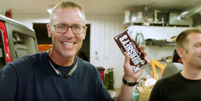 Stařík rozdává kolemjdoucím čokolády. Už víc než deset let