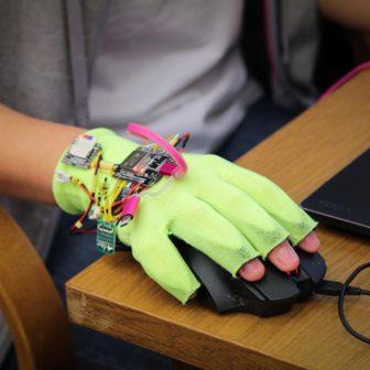 Smart Healt Hackaton v Praze vyhrála rukavice pro převod znakové řeči do slov