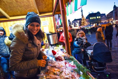 Vánoční stánek s punčem letos opět pomáhá i v Olomouci