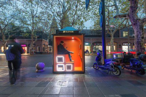 Bývalé telefonní budky v Šanghaji nabízejí úkryt i posezení