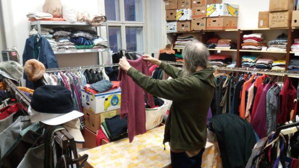 Sociální šatník v Brně pomáhá lidem bez domova přežít zimu