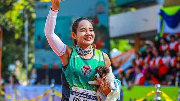 Běžkyně při závodu zachránila štěně. Běžela s ním až do cíle