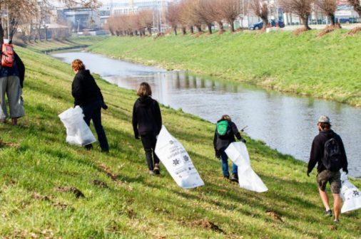 Dobrovolníci ze Zlína zbavili místní cyklostezku odpadků
