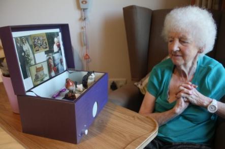 Zařízení pro pacienty s demencí pomáhá vybavovat vzpomínky s pomocí hudby
