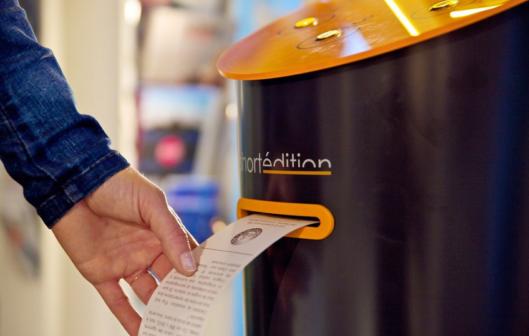 Cestující v londýnském metru si mohou číst povídky z automatu