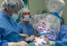 Lékaři z brněnské nemocnice poprvé voperovali ušní implantát do lebky dítěte