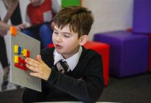 Lego představilo speciální kostky s Braillovým písmem