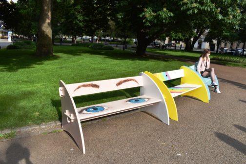 Pestrobarevné lavičky v Plzni pomůžou handicapovaným
