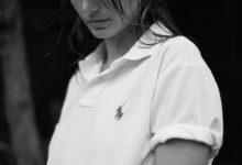Značka Ralph Lauren začala vyrábět své slavné polo tričko z plastových lahví