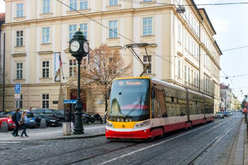 V Praze nově koupíte jízdenku v každé tramvaji bezkontaktně