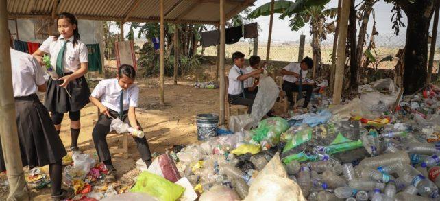 Inovativní indická škola vybírá jako školné plastový odpad