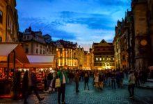 Praha v nové kampani upozorňuje turisty na noční pravidla města