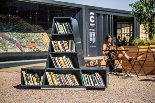 Brněnské dolní nádraží nově oživuje literární lavička