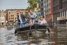Zábava spřesahem: Turisté loví odpadky zamsterdamských kanálů