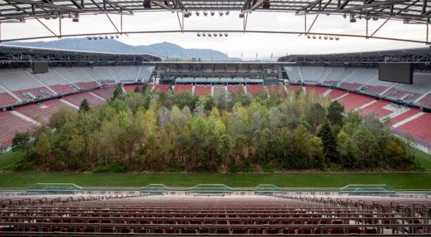 Les uprostřed rakouského stadionu upozorňuje na kritický stav životního prostředí