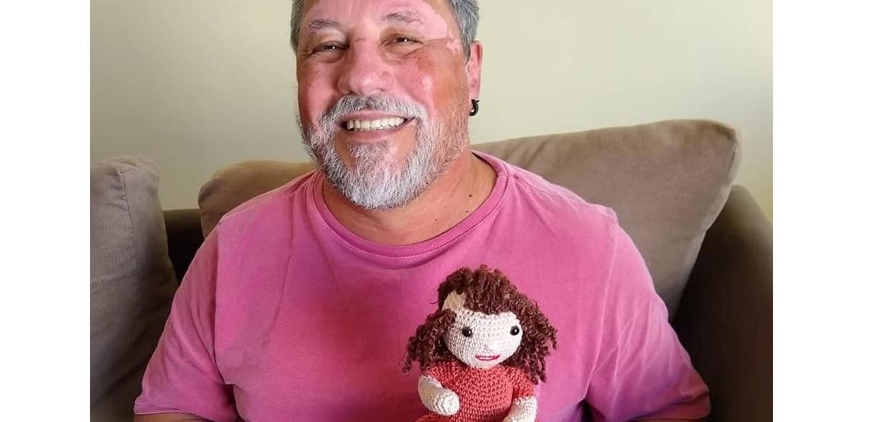 Brazilec háčkuje originální panenky pro děti s onemocněním kůže