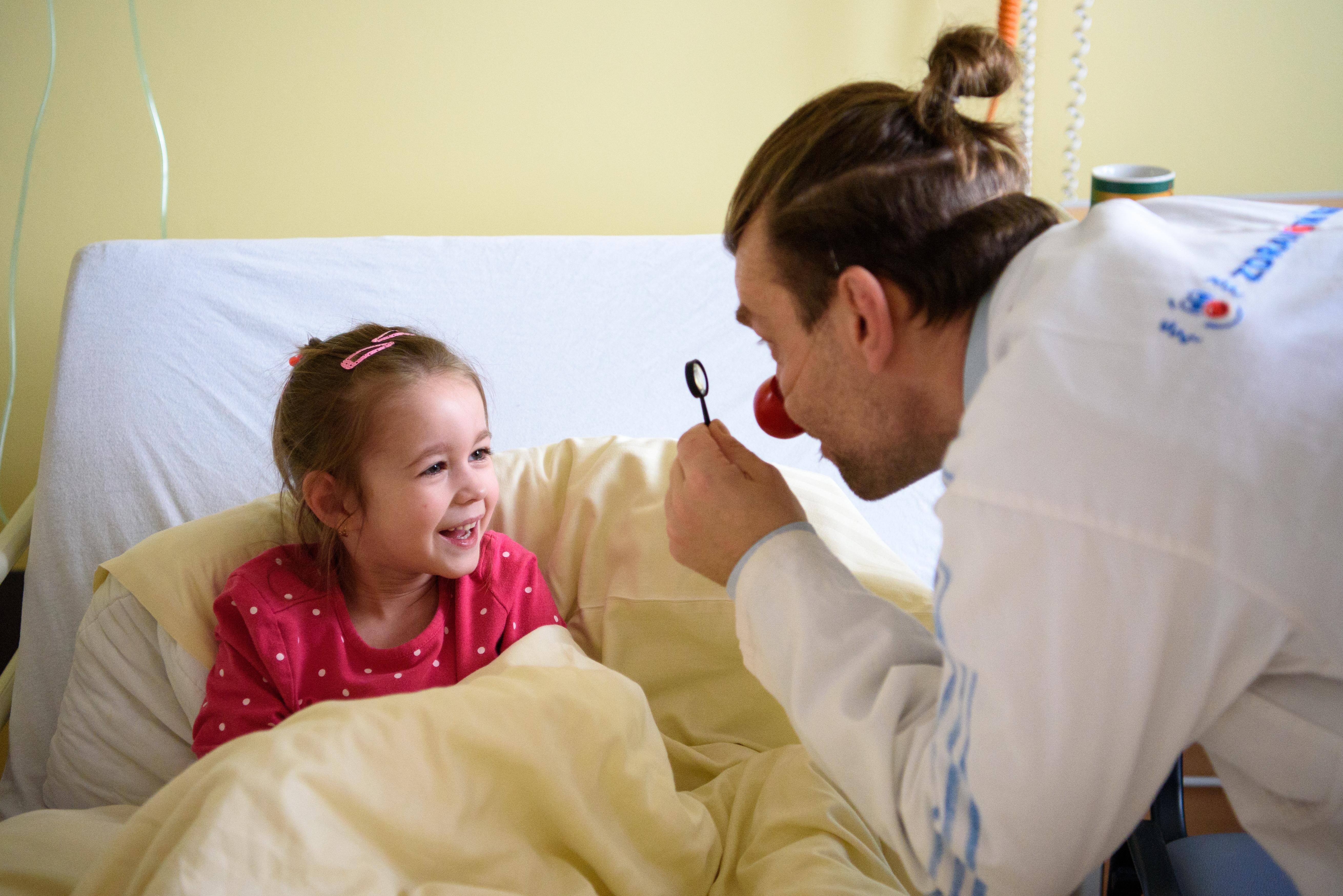 Zdravotní klauni doprovázejí malé pacienty na sál už v šesti městech