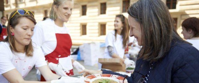 Zachraň jídlo připraví veřejnosti žemlovku ze surovin k vyhození