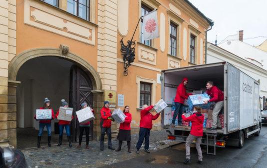 Více než tuna dárků míří k chudým dětem na Ukrajině