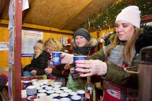 Charitativní stánek s punčem v Olomouci pomáhá už desátým rokem