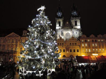 Z pražského vánočního stromu se vyrobí charitativní stoly