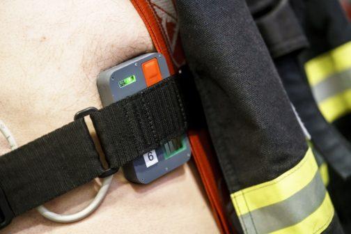 ČVUT vyvíjí pás pro sledování stavu hasičů i vojáků během zásahu