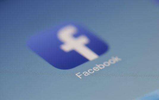 Facebook nasadil kontrolory do boje s dezinformacemi