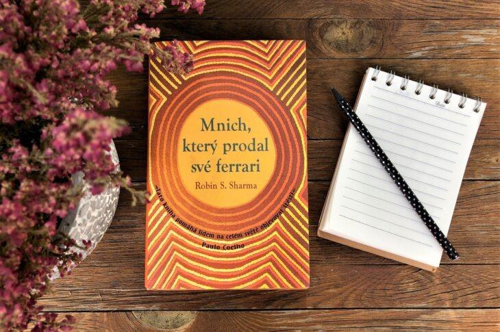 Inspirace z knihovny: Mnich, který prodal své ferrari, vás vytrhne ze zběsilé jízdy životem